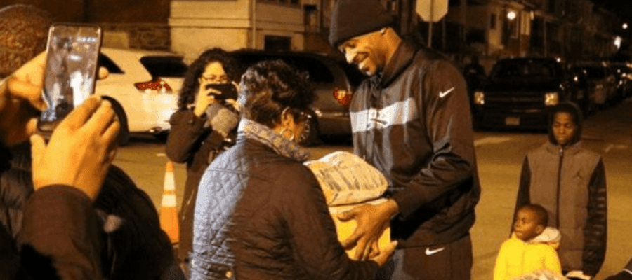 Eagles Player Alshon Jeffery Pass Out Free Thanksgiving Meals